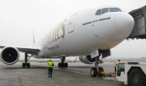 """Boeing 777, potocznie """"3 kosy"""" przed wypchnięciem i jednocześnie lotem do Dubaju"""