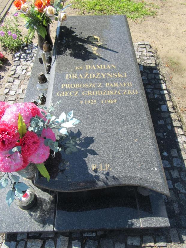 Grób ks. Damiana Drażdżyńskiego na cm. w Grodziszczku