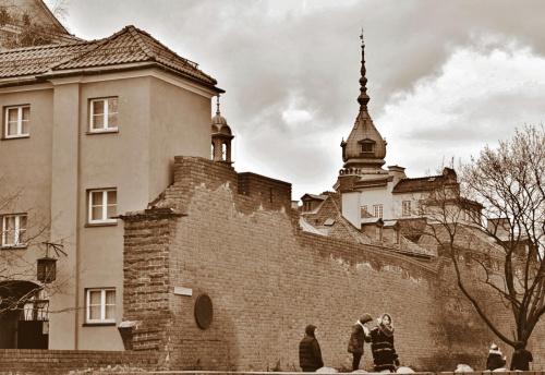 Warszawa - na tle murów Babakanu