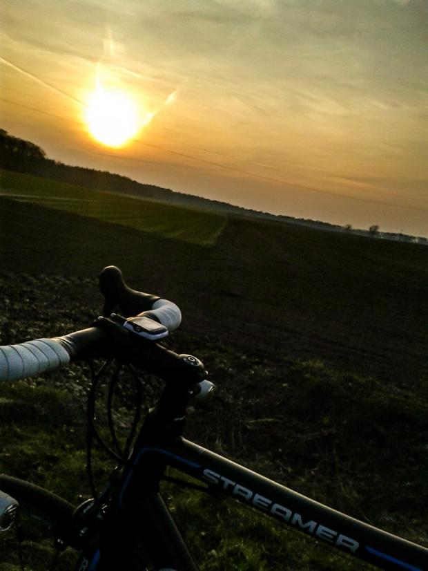 #szosa #rower #cycling #słońce #slonce #zachód #zachódsłońca #pole #lato #wiosna #niebo #chmury #kolarz #kolarstwo #natura