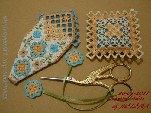 обратная сторона комплекта рукодельницы-чехольчика для ножниц, маячок и игольница. Комплект отшит по собственной схеме.