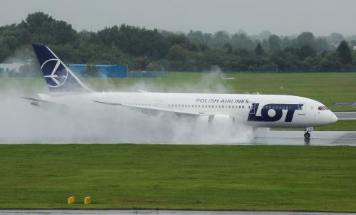 Widowiskowe lądowanie Dreamlinera podczas silnych opadów deszczu