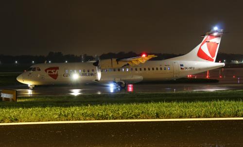 Czech Airlines do Pragi oczekujący w deszczu na start