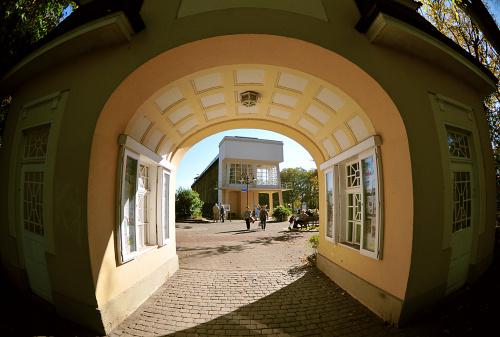 Piekna stara budwla jako brama wejsciowa do Kurparku w Bad Rotenfelde