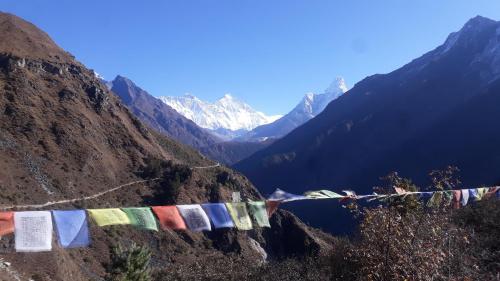 Szlak na wysokości około 4 tysięcy. Od prawej Ama Dablam, Lhotse i wystający wierzchołek Everestu. Miejsce, w którym majestat gór zagłuszany jest grzechotem aparatów fotograficznych.