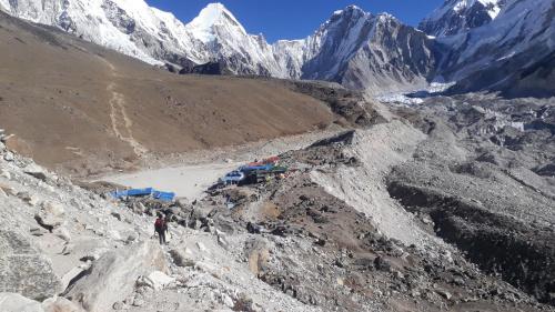 Zabudowania Gorak Shep 5150m. Z ich wygody mogą korzystać w razie potrzeby czy konieczności mieszkańcy Everest BC. Z prawej lodowiec Khumbu, który tu jest jednym, gigantycznym rumowiskiem skalnym.