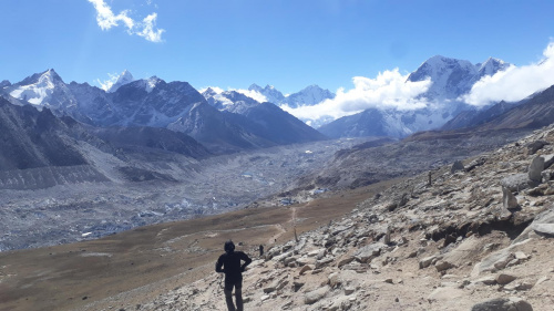 Zejście ze szczytu Kala Pattar do Gorak Shep. Z noclegu w Lobuche 4950m poszliśmy na szczyt bez tragarza , tylko z jednym małym plecakiem.