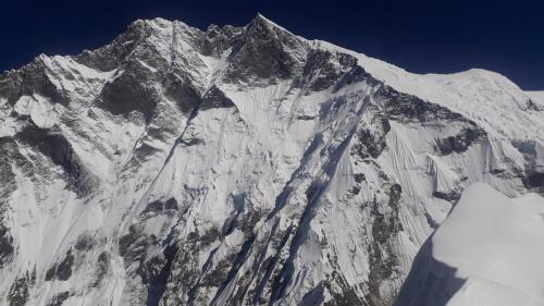Południowa ściana Lhotse z bliska w całej okazałości. Ogrom, który trudno ogarnąć nawet z wysokości 6189m.