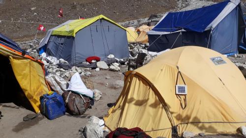 Base Camp Island Peak, 5050 npm. Namiot rozbiliśmy na miejscu, z którego ktoś wcześniej korzystał. Nie było wiele takich miejsc. Większość korzysta z wynajęcia namiotów, co nie jest jednak tanie.
